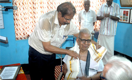 E. Harikumar honouring Mahakavi Akkitham on behalf of Mahakavi Edasseri Trust