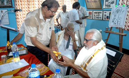E. Harikumar honouring Artist Namboodiri on behalf of Mahakavi Edasseri Trust
